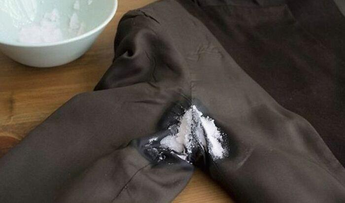 Отлично справляется с устойчивыми пятнами от пота поваренная соль / Фото: kk.bladeil.com