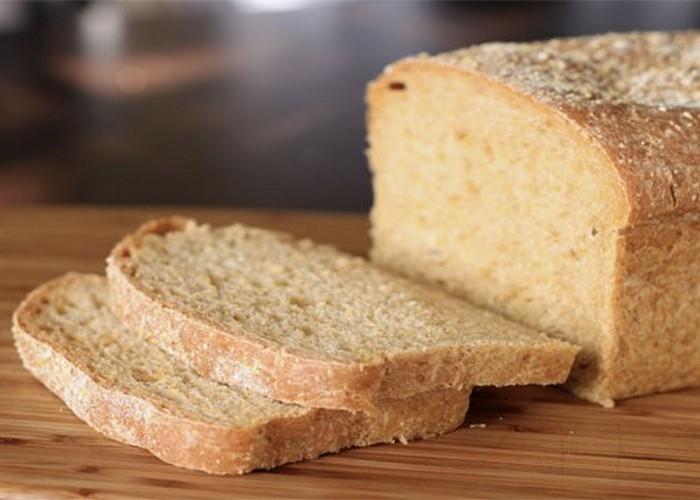 Микроволновка поможет увлажнить черствый хлеб.