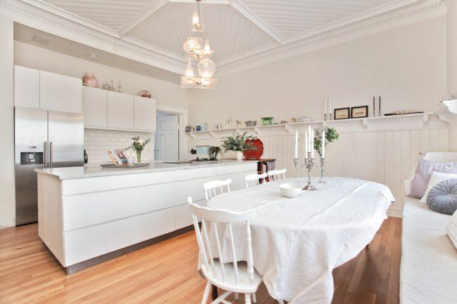 Скатерть из льна придаст чувство легкости интерьеру вашей кухни