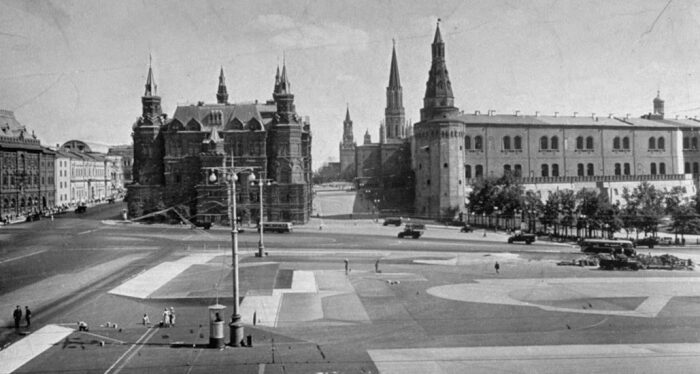 Так выглядела замаскированная площадь перед Кремлем. | Фото: wwii.space.