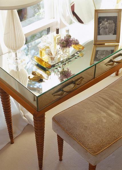 Столик с зеркальной рабочей поверхностью
