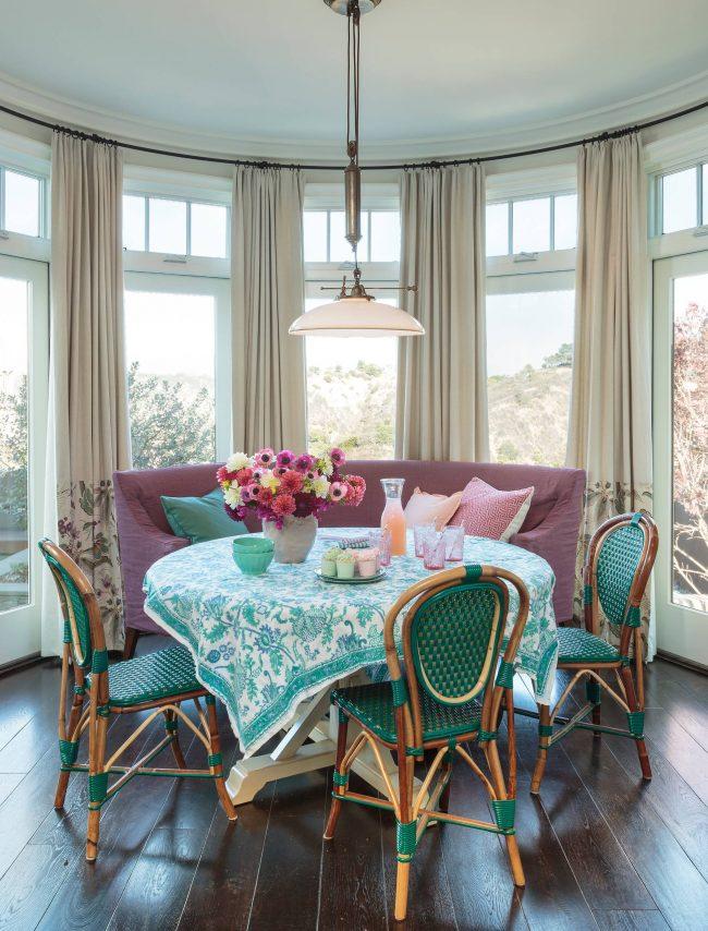 Скатерть, подобранная под цвет стульев, сделает дизайн более гармоничным