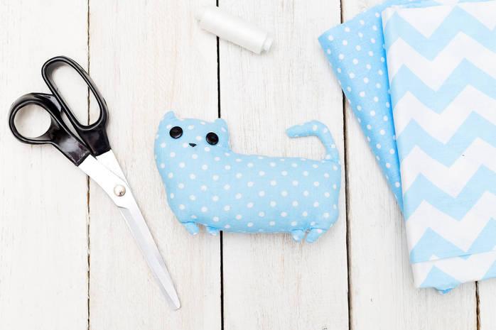 Игрушка для ребенка своими руками: мягкий котик из ткани