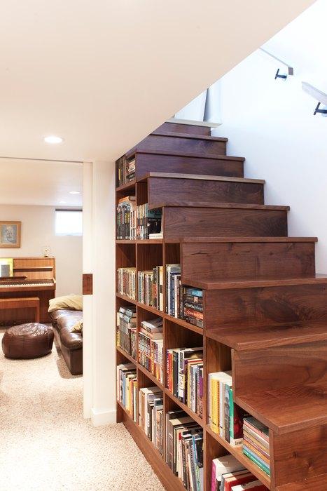 Идея №10. Хранение книг под лестницей
