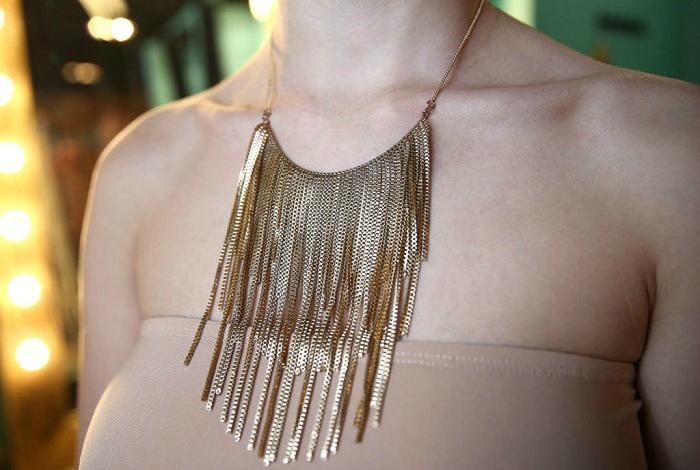 Металлическое ожерелье.