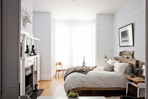 Холостяцкая спальня с камином