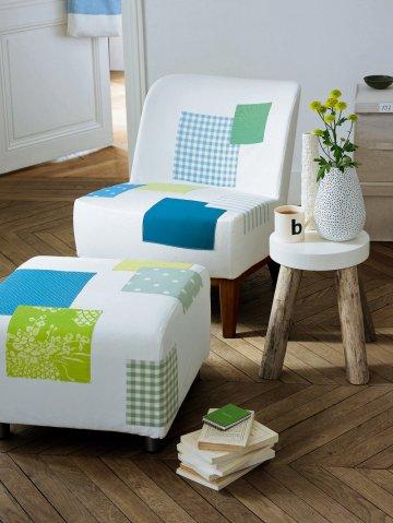 Кресло и пуфик покрыты некоторые белые квадраты ткани синего цвета и зеленого