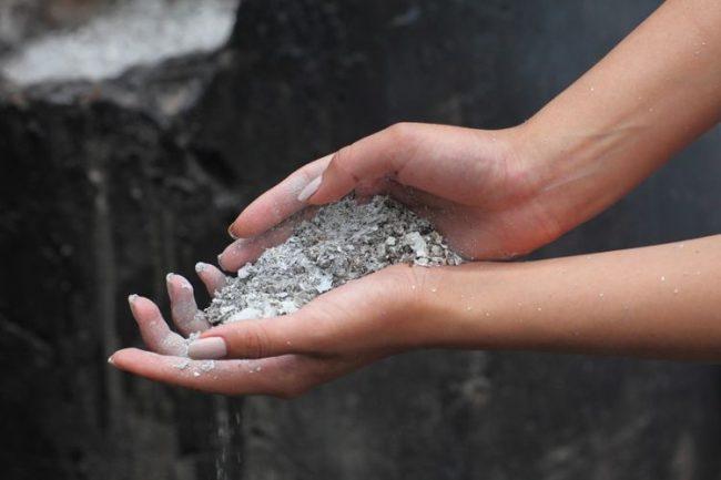 Зола тоже является экологичным и качественным средством очистки эмалированной кастрюли от гари