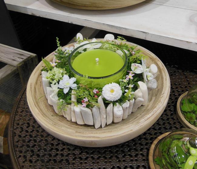 Весенняя подставка для свечей в виде цветочной композици
