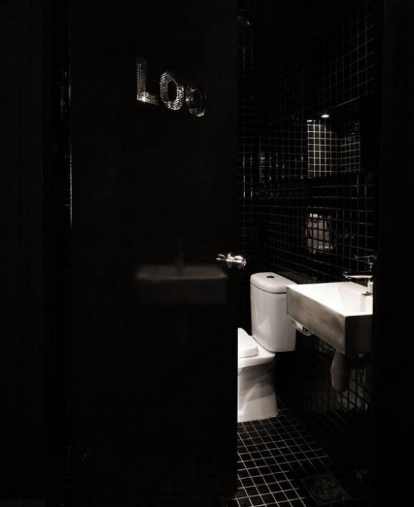 Туалет с черной плиткой