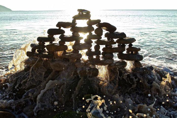 Недолговечная, но прекрасная инсталляция из камней, которую вот-вот разрушит океанская волна.