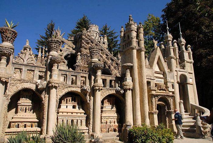 Туристы со всего мира стремятся увидеть «Идеальный дворец».