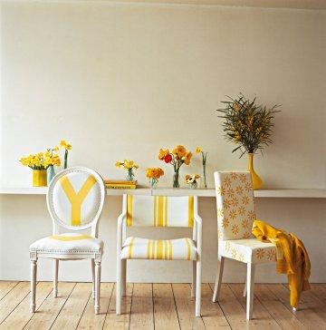 Несоответствие стулья с соответствующими красками сливки и желтый окрашены мотивы