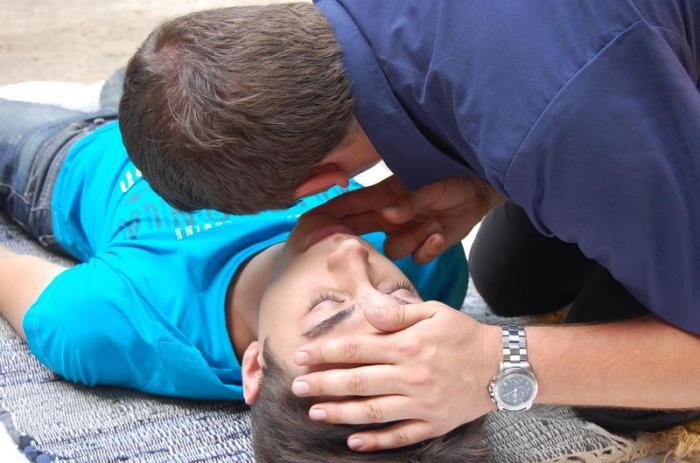Нужно проверить дыхание. /Фото: toksikolog.com.