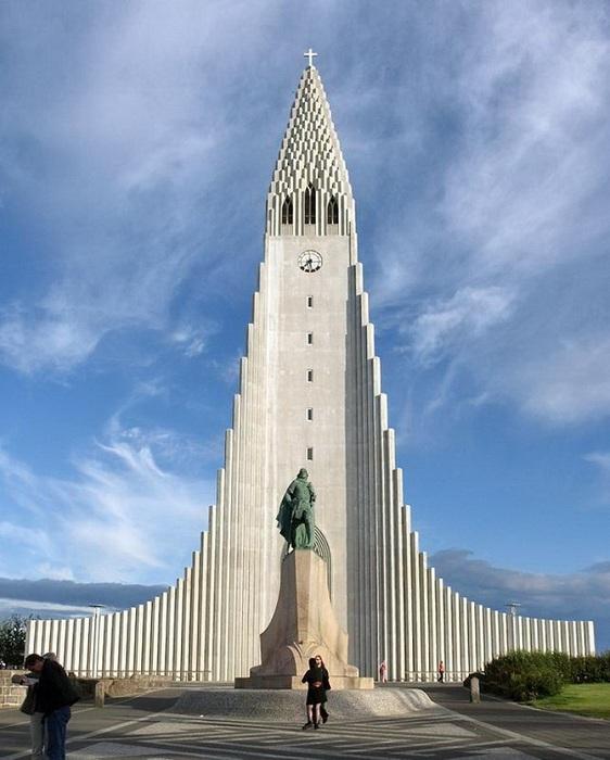 На самой вершине башни расположена смотровая площадка.