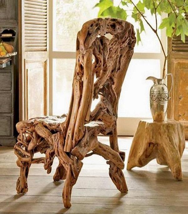 Огромное кресло из элементов дерева и столик из пня.