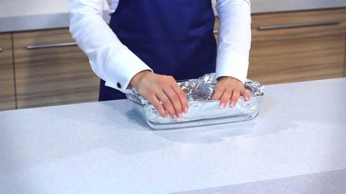 Если использовать алюминиевую фольгу перед готовкой, то можно сэкономить время на легком мытье посуды. /Фото: i.ytimg.com