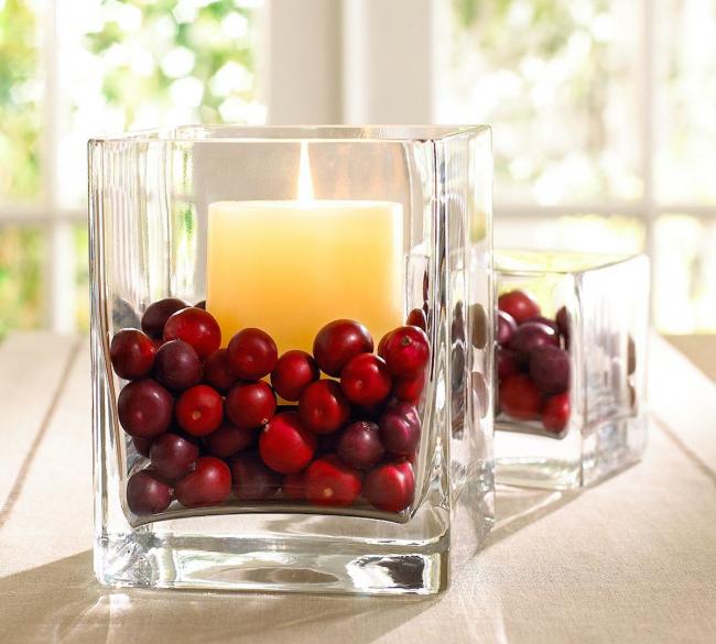 В качестве подсвечника можно использовать стаканы, заполненные наполовину ягодами