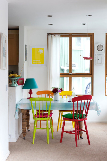 Яркое обновление: 12 идей для вашей кухни с разноцветными стульями фото 1