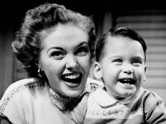 Счастьем переполнены мама и ее сын. | Фото: jollyrogerproject.com.
