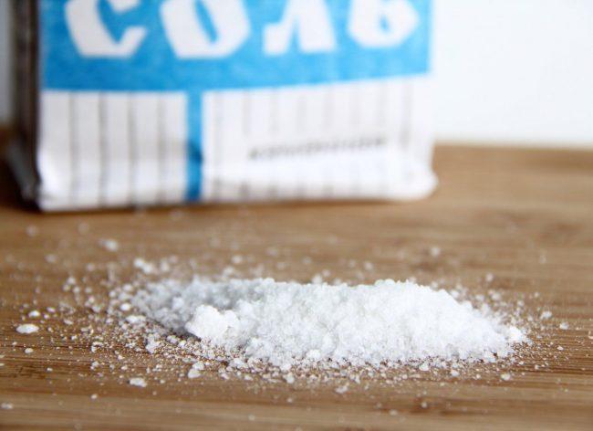 Такое чистящее средство, как соль найдется на любой кухне