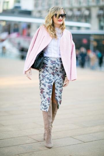 Девушка в цветочной юбке и жакете