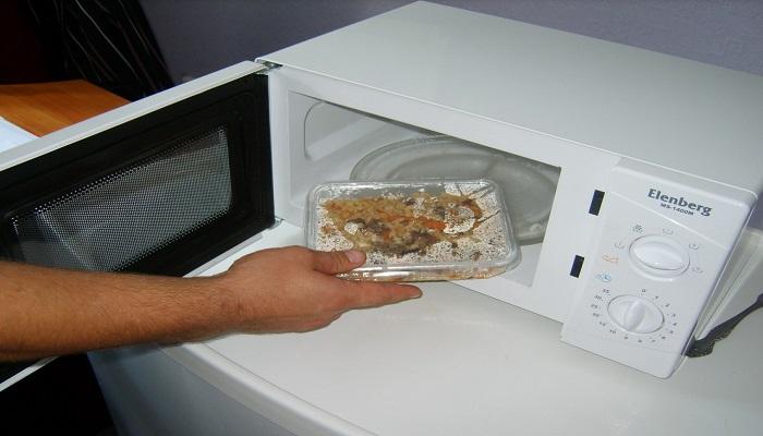 Герметичная упаковка может привести к взрыву внутри микроволновки. /Фото: cosmo-frost.ru