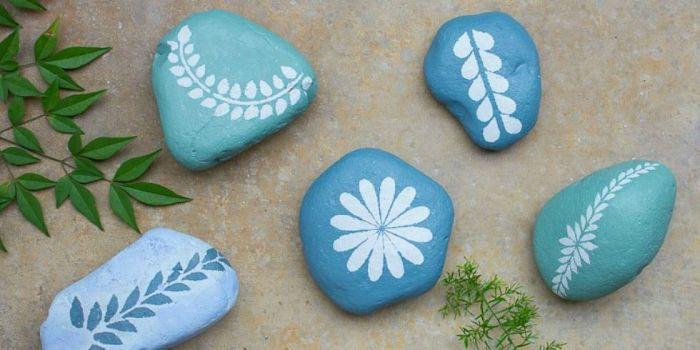 Камни с контрастным орнаментом.