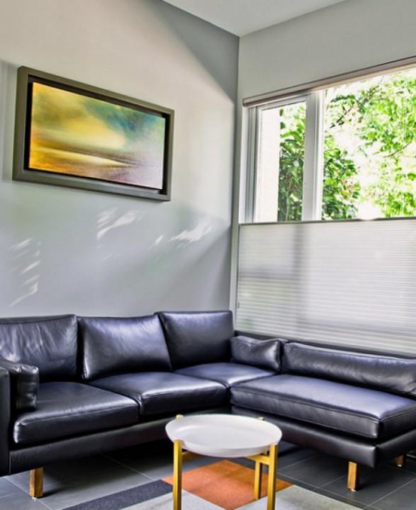 Кожаный уголок в интерьере квартиры