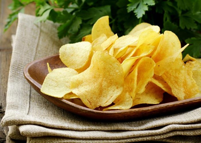 Микроволновка поможет сделать чипсы снова хрустящими.