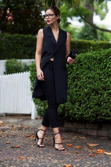 Девушка в обтягивающих, черных штанах