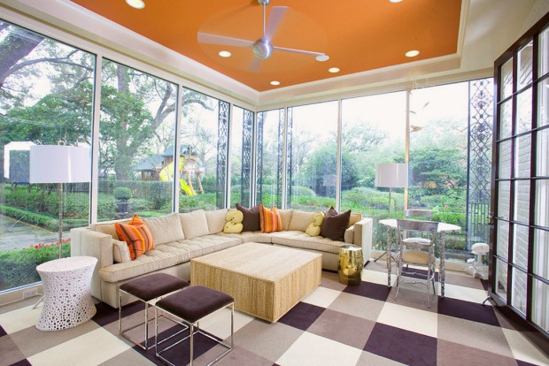 Стеклянная терраса с угловым диваном