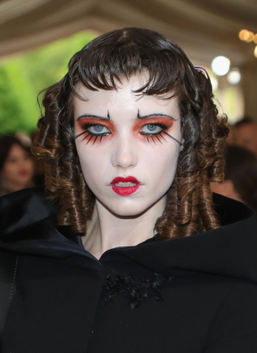 Модель объединила в своем образе завитые локоны и очень необычный макияж.