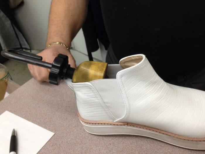 Лайфхаки как разносить обувь, которая жмет в домашних условиях