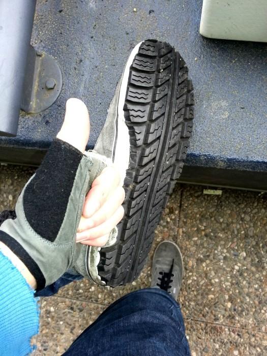 Из старых автомобильных покрышек можно сделать прочную подошву для обуви.