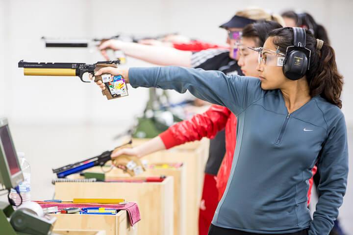 девушки стреляют