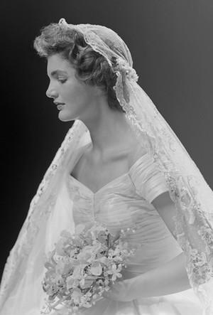 Фото №47 - 16 самых известных, красивых и дорогих свадебных платьев за всю историю