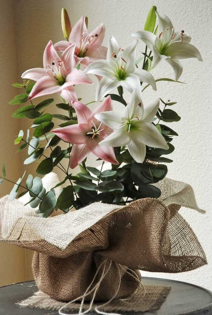 Украшение вазы из мешковины