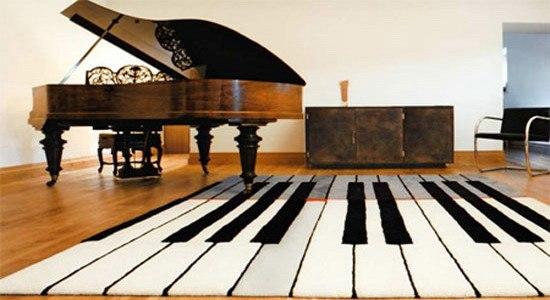 Чёрный верх, белый низ. Декор интерьера в виде фортепианных клавиш