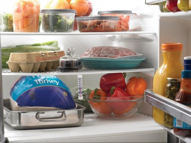 Все недоеденные остатки пищи следует прятать в холодильник или упаковывать в банки или плотные полиэтиленовые пакеты