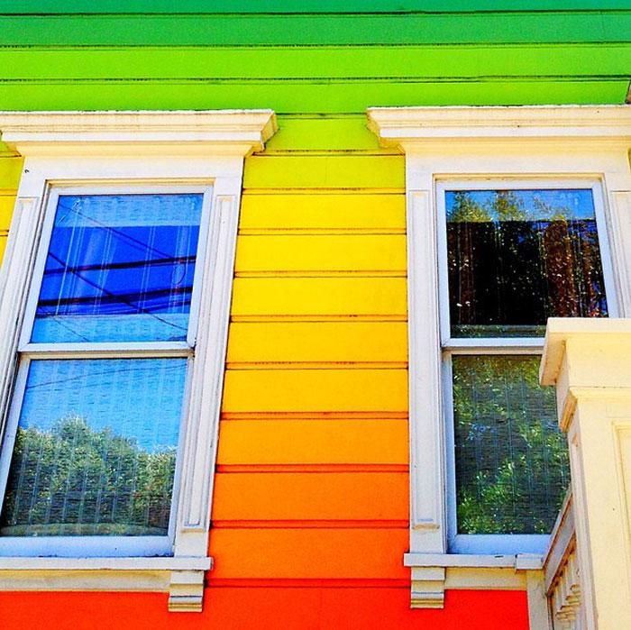 Радужный фасад дома.