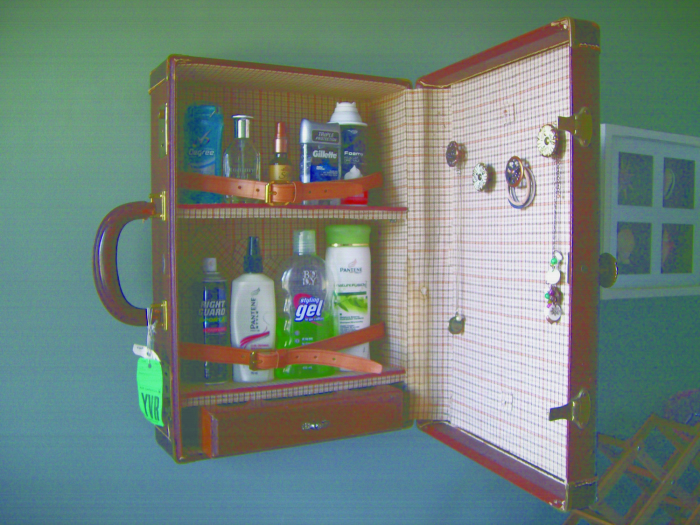 Старый чемодан можно использовать для создания поделок своими руками, которые украсят интерьер в любом помещении.