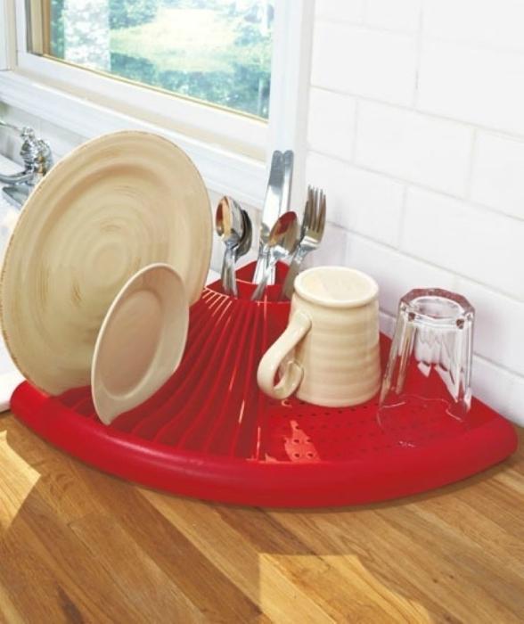 Угловая сушка для посуды, которая позволит максимально сэкономить место возле мойки.