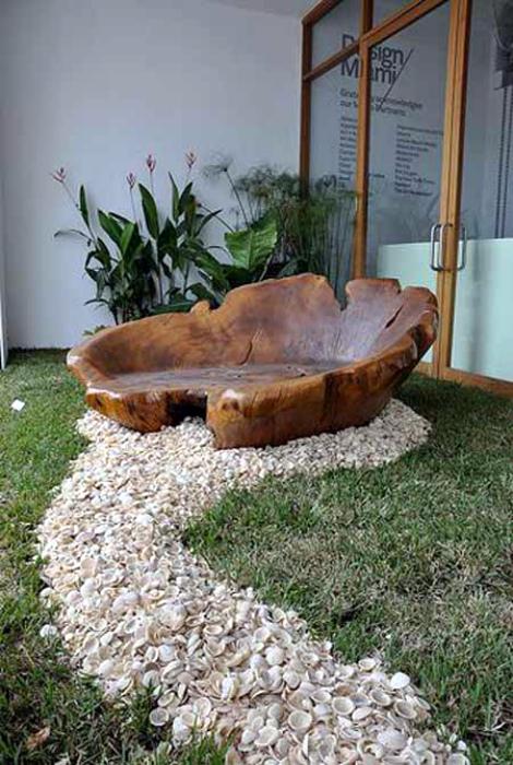 Необычная скамейка из корня дерева.