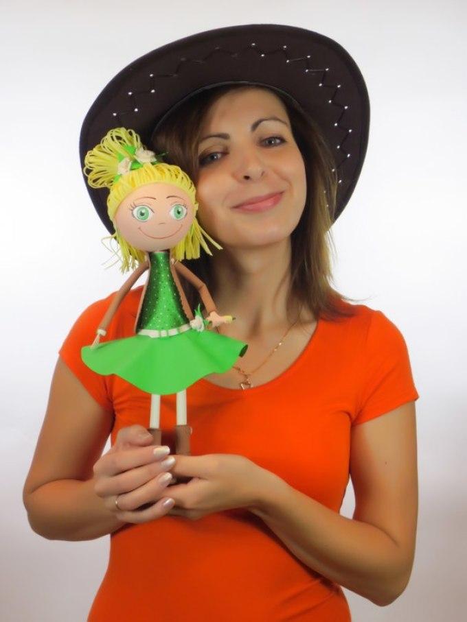 Кукла в зелёном платье из фоамирана от евгении романовой