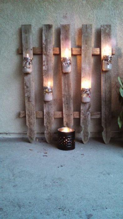 Подсвечники из обычных стеклянных банок, которые закреплены на деревянном каркасе из поддона.