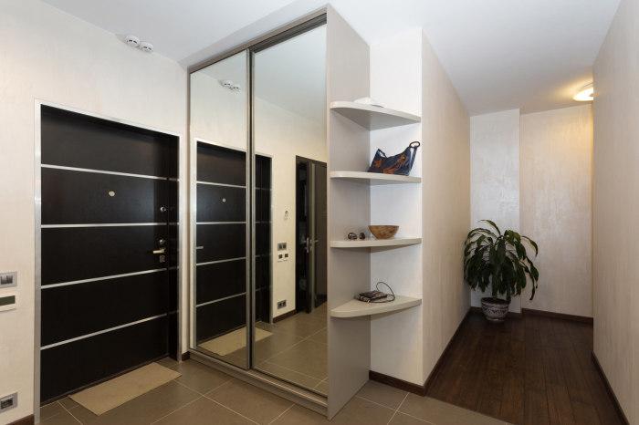 Для того чтобы создать атмосферу домашнего тепла, коридор можно дополнительно оборудовать полками с различными безделушками.