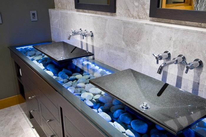 Хай-тек технологии - светодиодная подсветка морской гальки в интерьере ванной комнаты.
