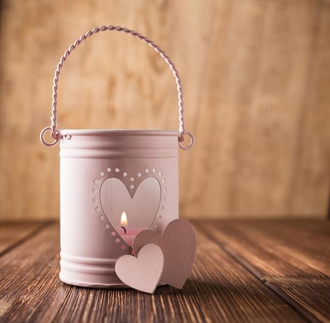 Подставку для свечей можно сделать из обычной консервной банки. Покрасьте ее в пастельный цвет и вырежьте отверстие в форме сердца и обстановка в доме станет куда романтичнее