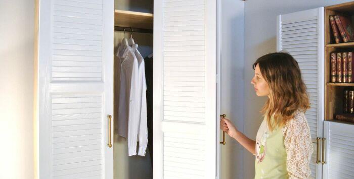 Периодически открывайте дверцы шкафа и оставляйте на проветривание / Фото: livemaster.ru